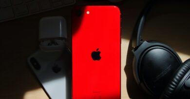 Firma Apple to dziś jedna z najpopularniejszych firm na świcie. Jej logo – nadgryzione jabłko rozpozna prawie każdy człowiek. Od lat jest ona także producentem rewolucyjnych telefonów z dotykowym wyświetlaczem. Jednym z flagowych produktów tego koncernu jest iPhone SE 2020. Poniżej 10 ciekawostek o tym modelu: