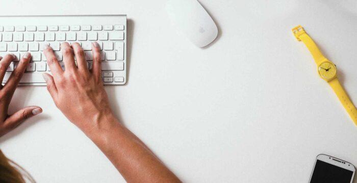osoba pisząca tekst na klawiaturze